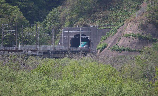 北海道新幹線トンネルから出る瞬間